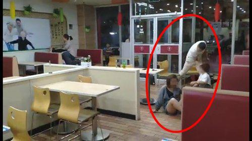 >河北3名男子吃��c�R桌起�_突持椅子砸�r架女子|打人|女