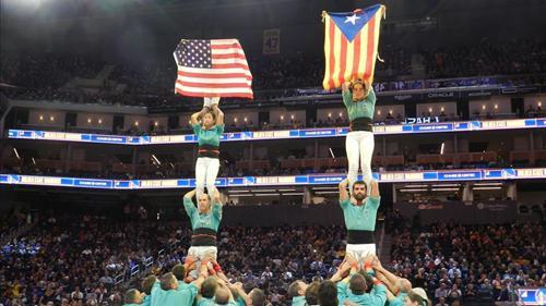 """表演者展示加泰罗尼亚""""独立""""旗帜/现场图自《加泰罗尼亚报》"""