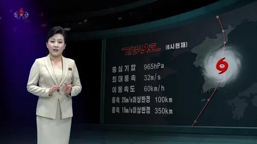 """(图说:9月3日上午6时,朝鲜中央电视台对台风""""美莎克""""位置及移动速度进行实时报道)"""