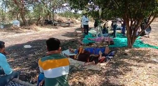 印度村民不敢去医院 无证医生路边给新冠病人输液