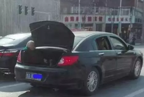 """而车主却解释:""""车坐不下,里面是客人,我妈自愿坐在后面,也没坐远。"""""""