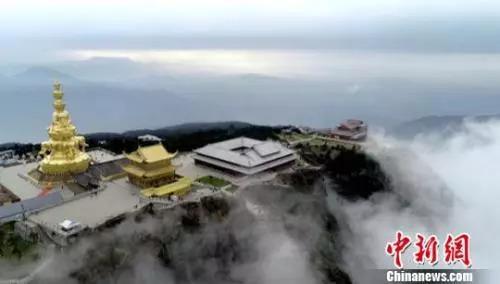 資料圖:雲霧中的峨眉山金頂。 劉忠俊 攝