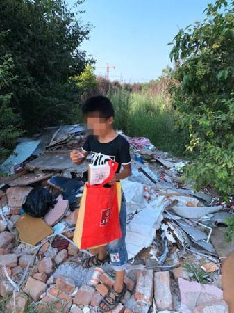 """马昊被捕半年后,亮亮回到了曾经的""""家""""。那里已被瓦砾和荒草覆盖。"""