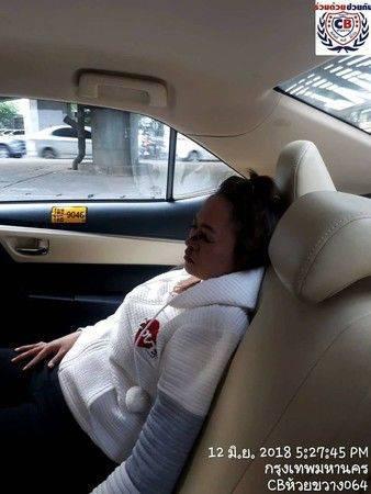 女子坐出租车时化妆发生追尾 眼线笔直接插进左眼创维云电视机