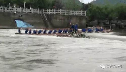 ▲龙舟船头冲过事发水坝。