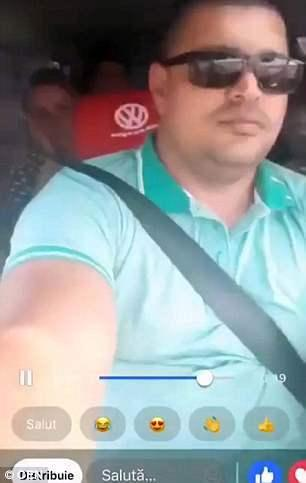 视频截图:小巴司机边开车边玩直播