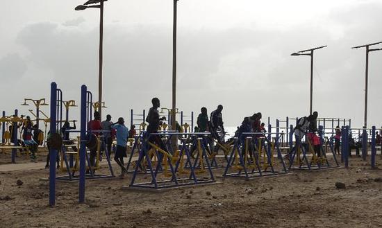 2018年7月18日,塞内加尔首都达喀尔,当地民众在滨海大道健身公园内锻炼。(新华社记者赖向东摄)