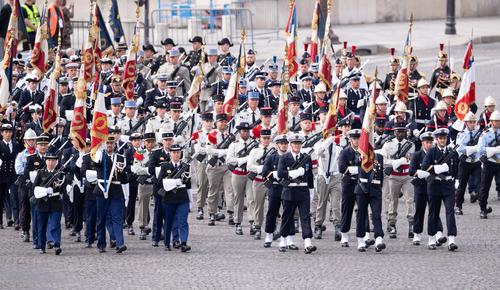 这是7月14日在法国巴黎协和广场拍摄的国庆阅兵式现场。新华社发
