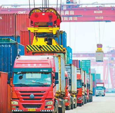 山东青岛港,外贸集装箱堆场。俞方平摄(影像中国)