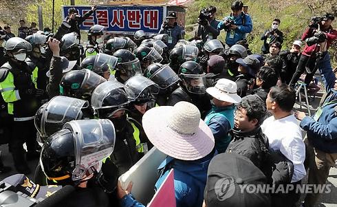 韩国警察此前与附近居民发生冲突