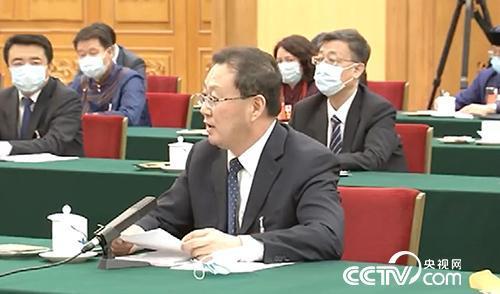 天下人大代表、锡林郭勒盟盟长霍照良向总书记做报告。