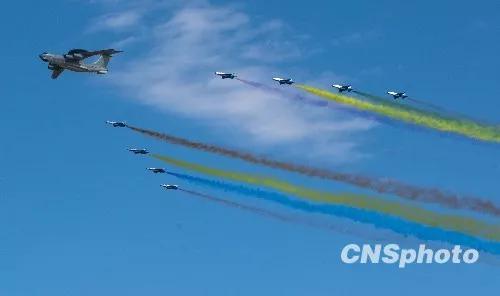 2009年10月1日,中华人民共和国成立60周年庆祝大会在北京举行,多种新式武器接受检阅。图为领队机梯队飞过北京上空。中新社发 毛建军 摄