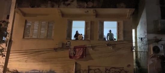 隔离在家的圣保罗市民纷纷在晚间敲击锅碗瓢盆,表达对总统消极抗疫的愤怒。/Guardian News