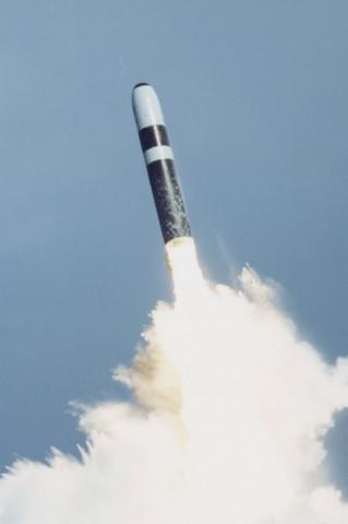 """美海军""""三叉戟""""IID5潜射弹道导弹资料图。"""