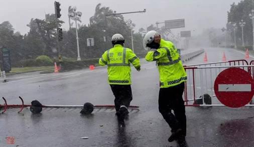 """致敬台风中那些""""逆行者"""" 这些场景格外暖心"""