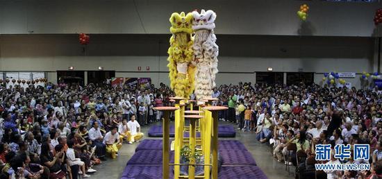 """这是2009年1月25日,在巴拿马首都巴拿马城,来自中国广东的湛江文车龙狮艺术团表演""""高桩醒狮"""",庆祝中国?#33322;凇?#26032;华社 王沛 摄"""