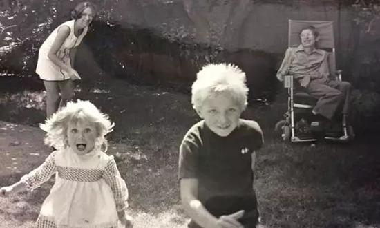 ▲霍金、简和孩子们在一起。(英国《卫报》)