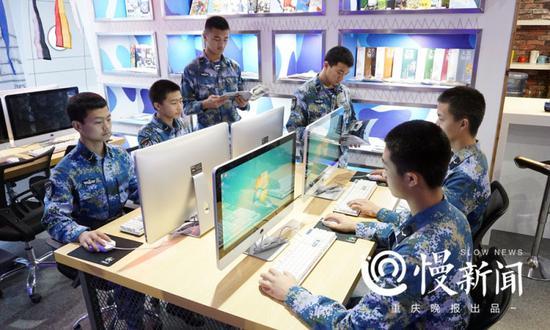 学员在海军航空活动室学习