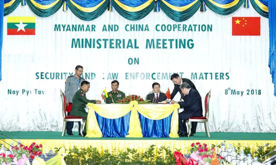 5月8日,国务委员、公安部部长赵克志在内比都与缅甸内政部部长觉瑞举行会谈。图为会谈后,双方签署有关合作文件。