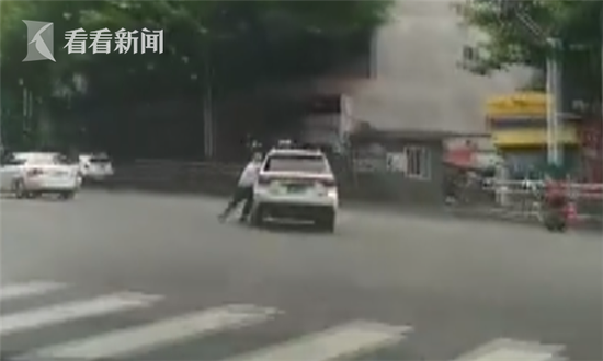 在带着两名交警高速行驶数百米后,疯狂的司机终于停下车,警方立即将他控制。