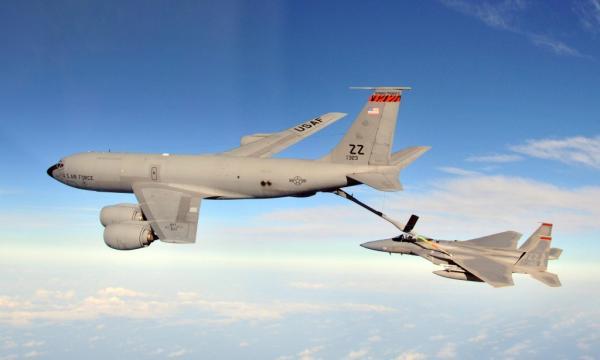 美国空军KC-135加油机正为沙特空军F-15进行加油(资料图,图源:美国空军官方网站)