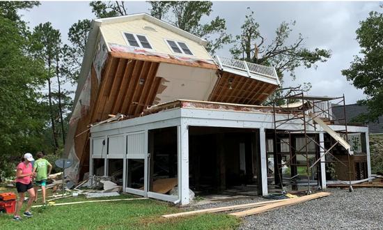 在飓风中严重受损的房屋(福克斯新闻网)