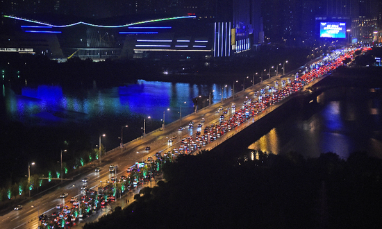 国庆假期第二天0时至17时全国交通流量环比降24.2%图片