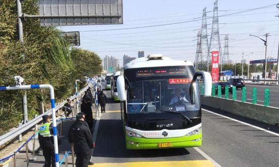 方便北京上班族返回燕郊 两跨省公交延至晚10点图片