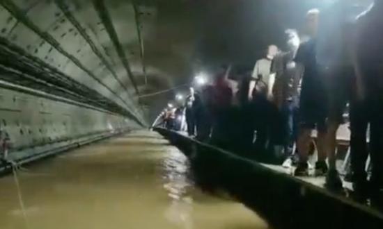 郑州地铁五号线被解救的乘客。图/视频截图