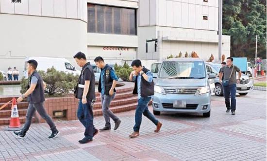 警方安排陪审员离开法庭(图:港媒)