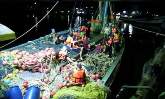 ▲事故發生後,幾名乘客坐在救生船上 圖自路透社