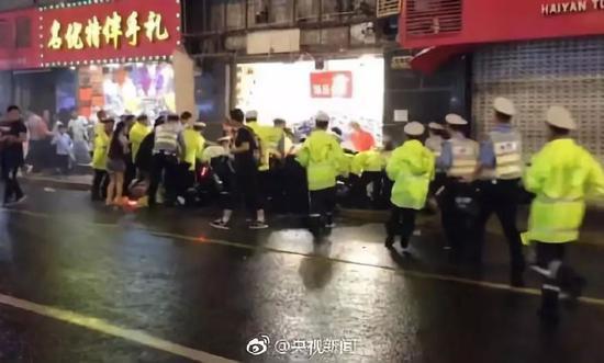 ▲店招坠落后交警迅速赶来救援 图据央视新闻