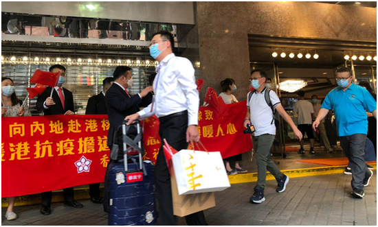 """支持队成员陆续登车。图源:香港""""橙新闻"""""""