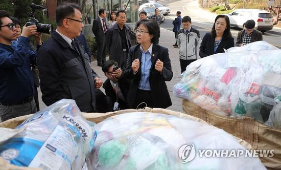 2日下午,韩国环境部官员在京畿道光明市一小区视察