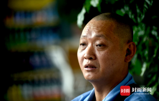 冯军婉拒了更多捐助,他说,跑车每月能挣四五千元,只要孩子不发病便能生活下去。