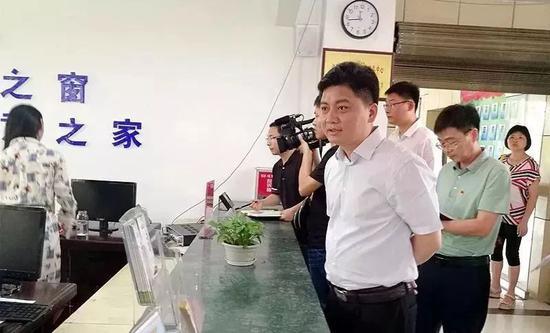 副市长暗访便民中心 有工作人员戴耳机听歌被辞
