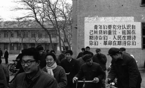 1977年,我国恢复高考。图为在北京高考考点外的标语。