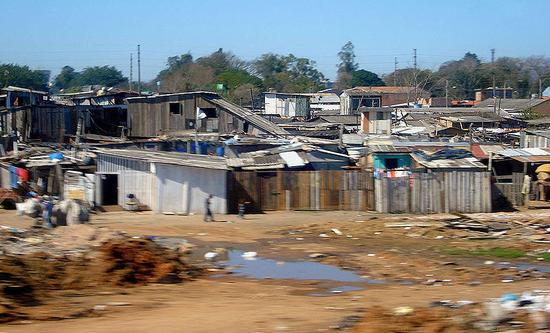 巴西南部,阿雷格里港的一处贫民窟。/Tetraktys