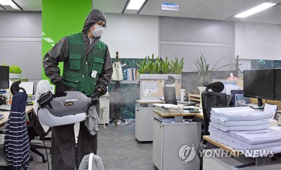 工作人员对办公室消毒(韩联社)