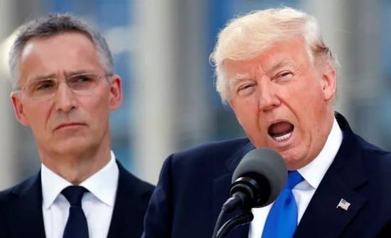 2017年5月25日,在比利时布鲁塞尔,美国总统特朗普(右)在北约新总部大楼交接仪式上讲话。 新华社/路透