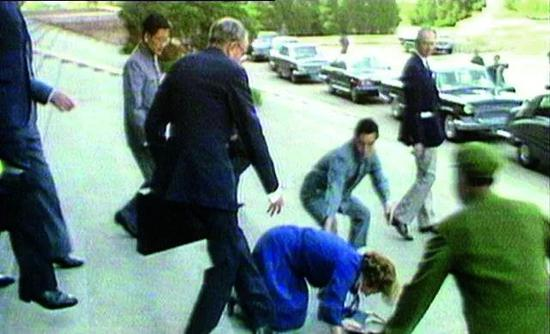 1982年9月,撒切爾夫人與鄧小平會談結束後,在人民大會堂臺階上跌倒。(視頻截圖)