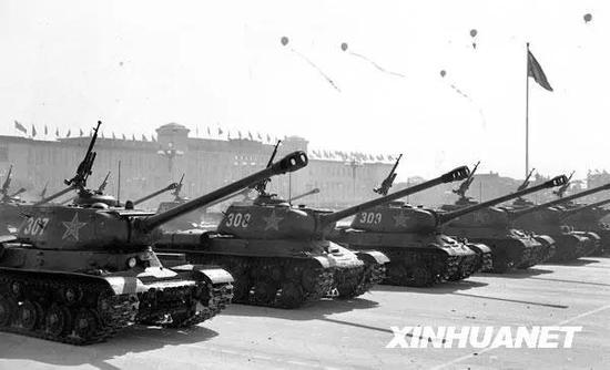 图为中国人民解放军坦克部队通过天安门广场。新华社记者 袁苓 摄