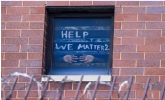 △库克县监狱在押人员在窗户上写字求助