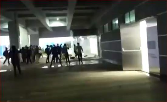 台企印度苹果工厂遭打砸:2000人参与破坏 现场一片狼藉图片