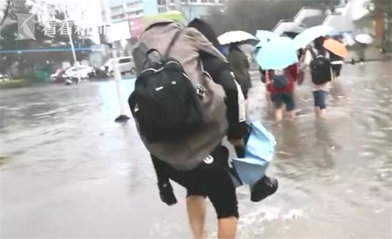 男子暴雨后背女友趟水走 路人羡慕:别人家男朋友