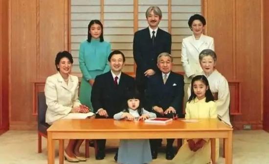 △2005年新年全家福,愛子是絕對的C位。