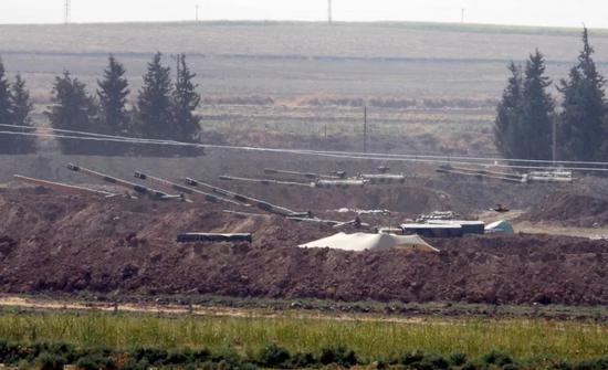 10月6日,在土耳其与叙利亚边境,土耳其军队的火炮在阵地部署。新华社/美联