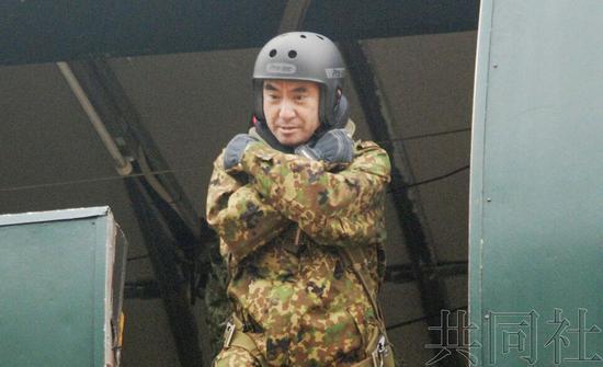 河野太郎参加跳伞训练(图源:日本共同社)