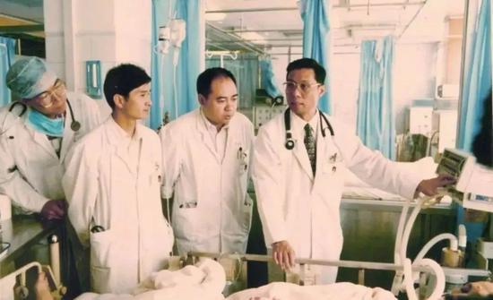 ·钟南山(右一)