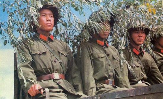 穿65式军服的预备役士兵参加演习。
